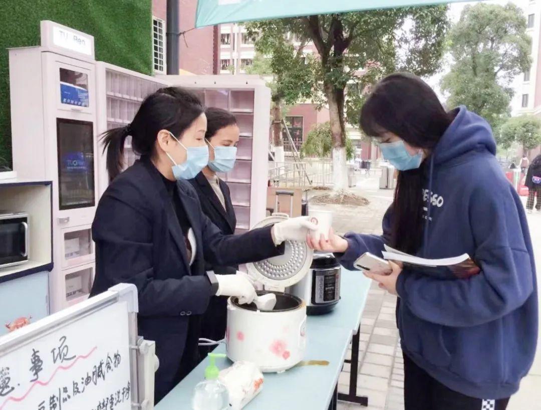 """新疆财经大学图书馆:""""爸爸妈妈,我在上海读书挺好的!"""""""